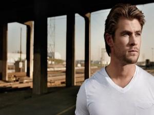 Postal: Chris Hemsworth con camiseta blanca