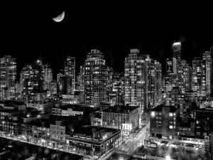 Noche con luna en la ciudad