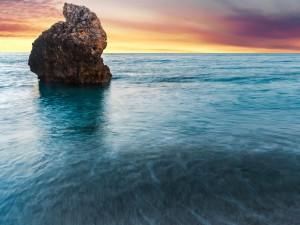 Postal: Gran roca en el agua