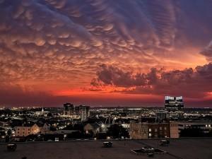 Postal: Espesas nubes sobre la ciudad
