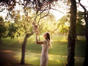 Mujer dejando libre a un pájaro