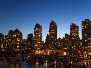 Postal: La luna entre los edificios de la ciudad
