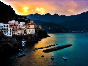 Postal: Pueblo cerca del mar y la montaña