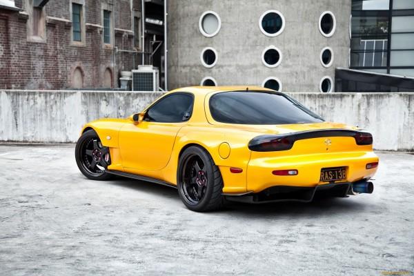 Mazda amarillo