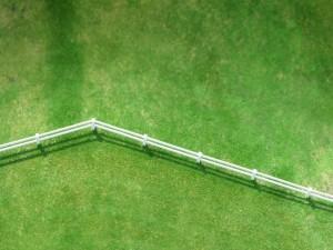 Valla blanca en la hierba
