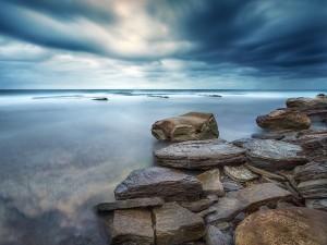 Postal: Piedras cerca del mar