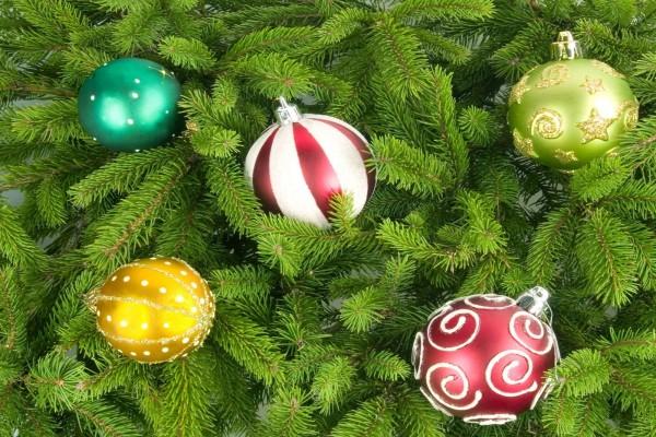 Bolas en el árbol de navidad