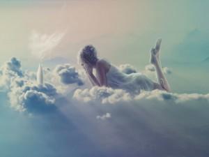 Postal: Mujer en las nubes