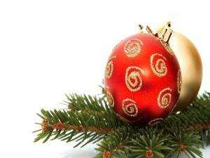 Postal: Bola roja y dorada para Navidad