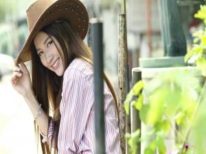 Mujer sonriente con sombrero