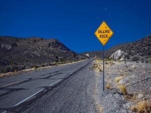 Postal: Una señal en la carretera