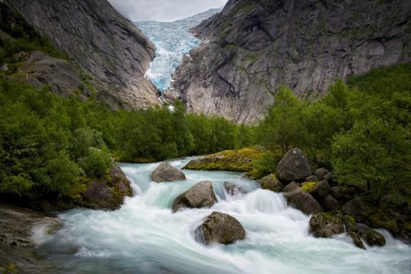 Río torrentoso entre montañas y rocas