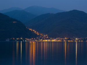 Postal: Luces en un pueblo junto al mar