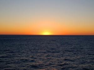 El sol desaparece en el horizonte