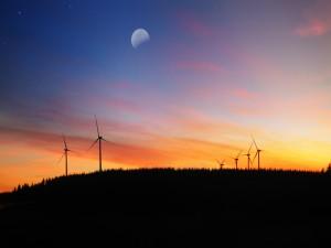 La luna sobre un parque eólico