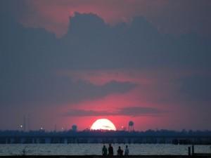 Viendo desaparecer el sol en el horizonte