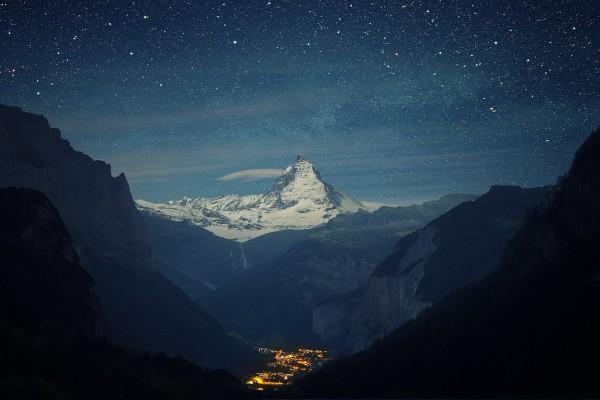 Un pueblo rodeado de grandes montañas