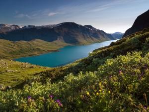 Postal: Precioso lago entre montañas