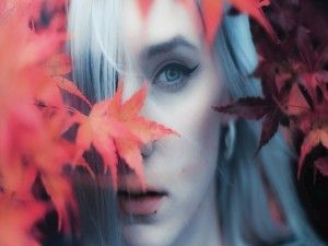 Chica y hojas de otoño