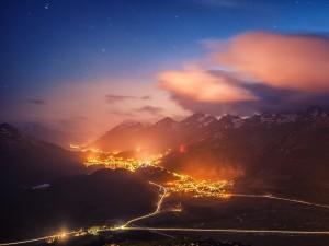 Estrellas y luces en las montañas