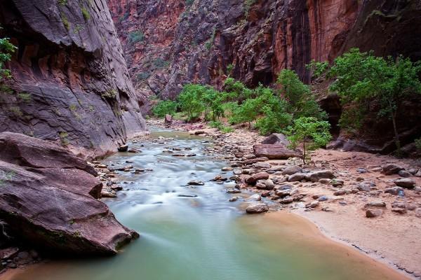 Un río entre grandes rocas