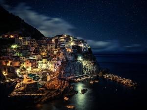 Pueblo junto al mar y bajo un manto de estrellas