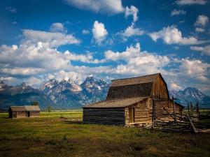 Postal: Construcción de madera cerca de las montañas