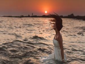 Postal: Mujer en el agua