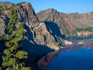 Montañas y un lago