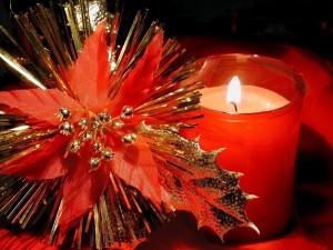 Vela y adorno de Navidad de color rojo