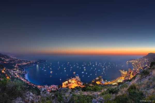 Barcos iluminados en el mar