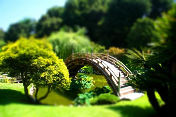Parque en miniatura con un puente