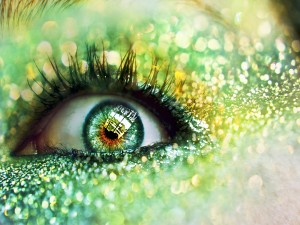 Maquillaje alrededor de un ojo verde