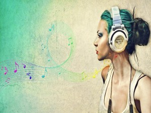 Postal: Chica escuchando música con unos auriculares