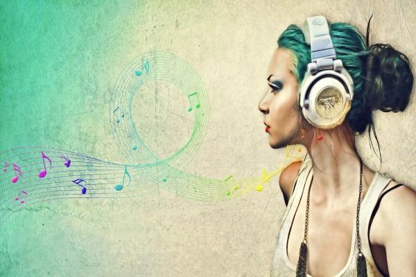 Chica escuchando música con unos auriculares