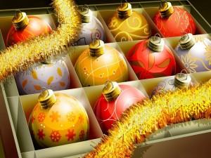 Bolas de Navidad colocadas en la caja