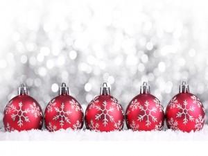 Fila de bolas rojas para Navidad