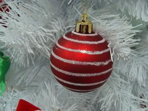 Postal: Bola roja en un árbol de Navidad blanco