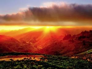 Postal: Montañas anaranjadas por la luz del sol
