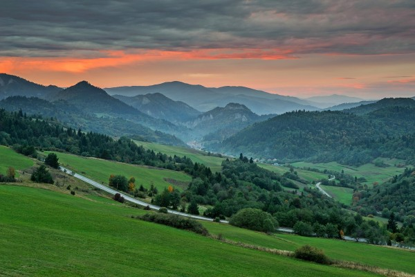 Carretera entre verdes montañas