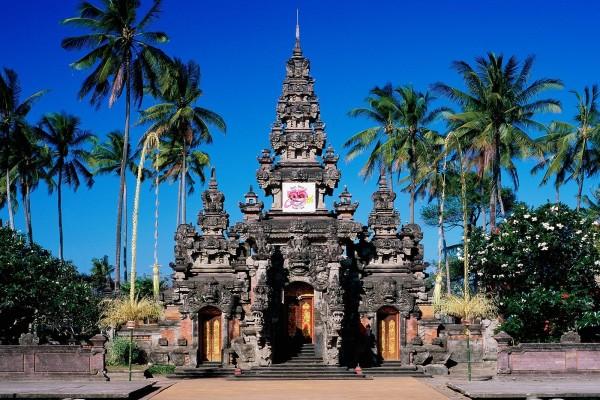 Templo con palmeras