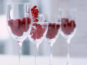 Postal: Copas de cristal con frutos rojos