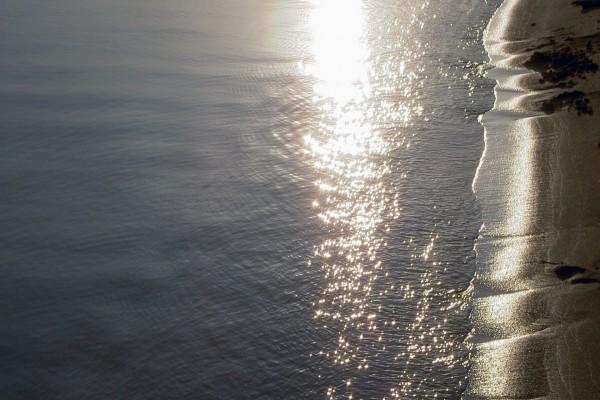 Reflejo del sol en el agua