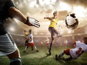 Postal: Niño chutando a gol