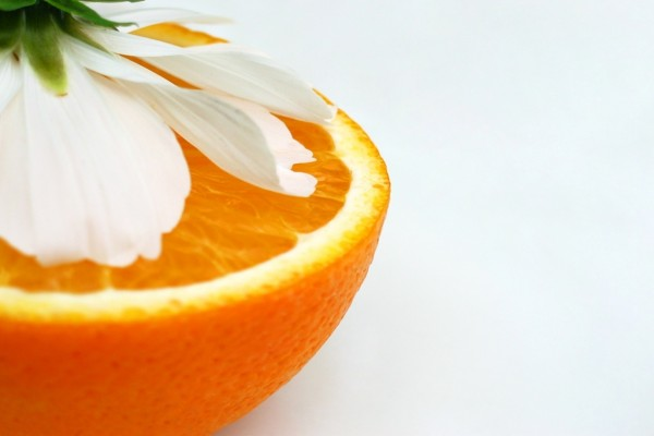 Media naranja y una flor de azahar