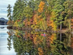 Postal: Paseo en canoa en aguas tranquilas