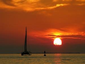 Navegando bajo un cielo rojizo