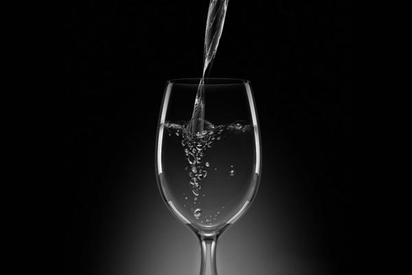 Copa de cristal con agua