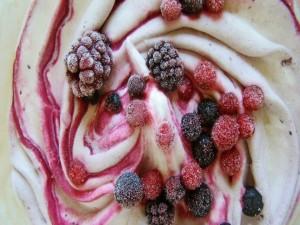 Helado de yogurt con frutos rojos