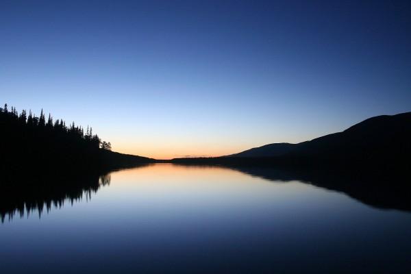 Aguas tranquilas al amanecer